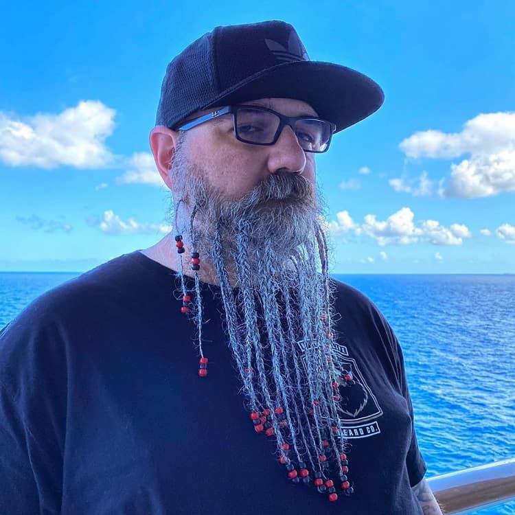 barbe tressée avec des perles