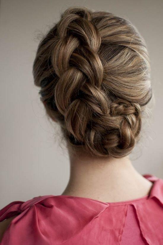 Tutoriel de coiffure en chignon tressé hollandais de vacances pour cheveux longs