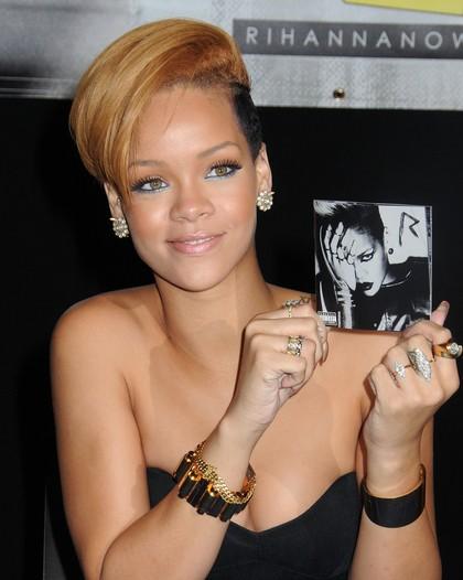Coiffures courtes blondes Rihanna