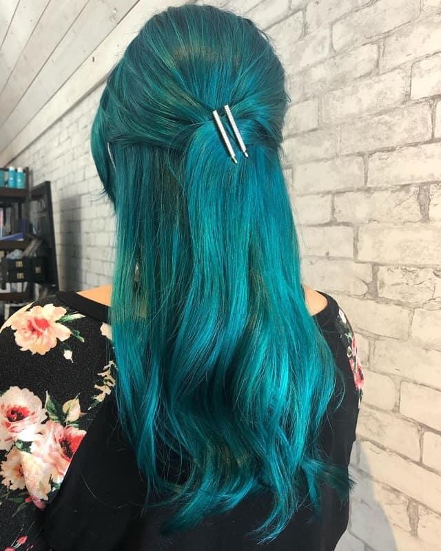 couleur de cheveux bleu sarcelle