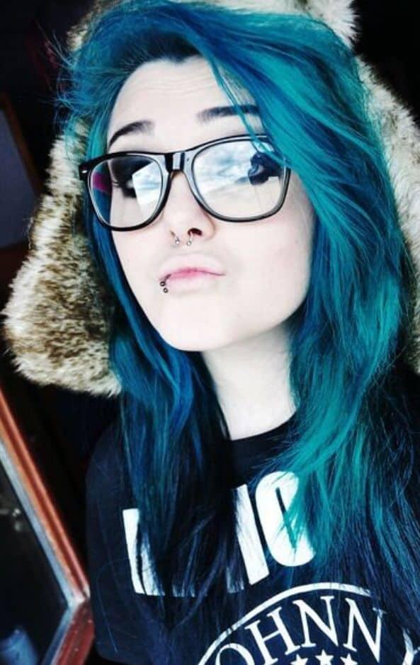 cheveux bleu sarcelle avec des reflets bleu foncé