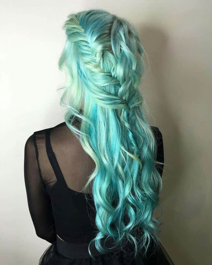 belles tresses en queue de poisson aux cheveux bleu sarcelle