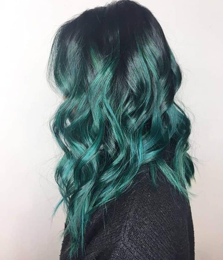 cheveux ombrés vert-bleu en boucles douces