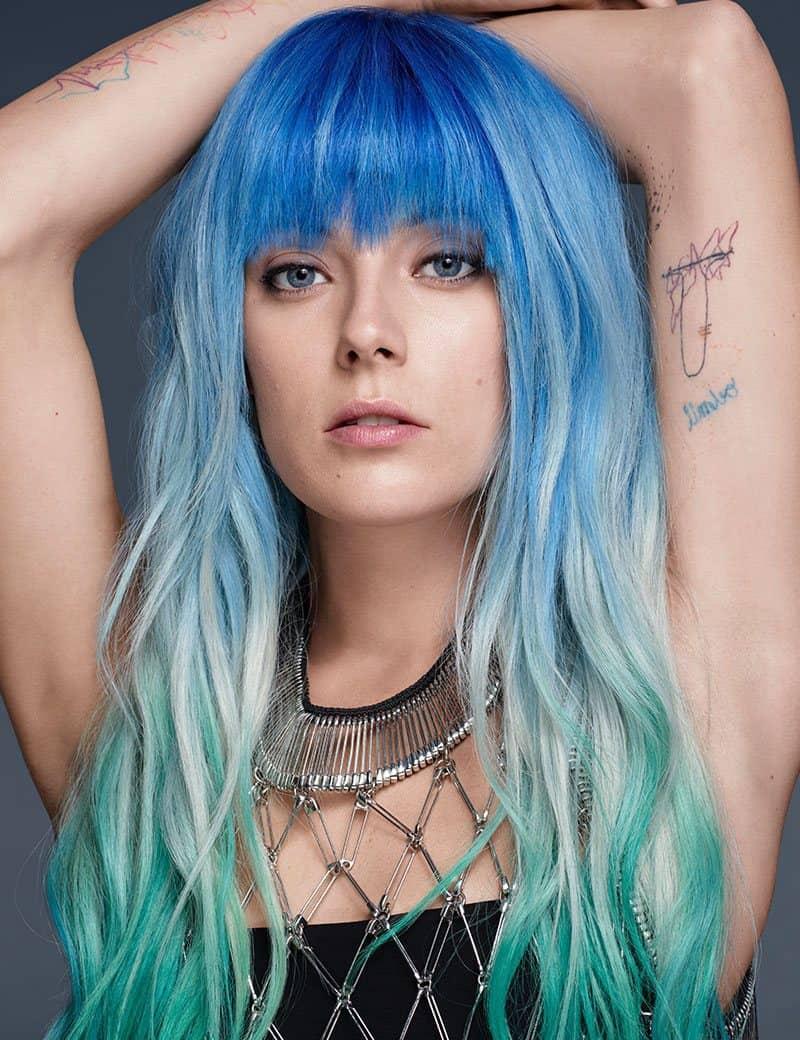 cheveux arc-en-ciel bleu