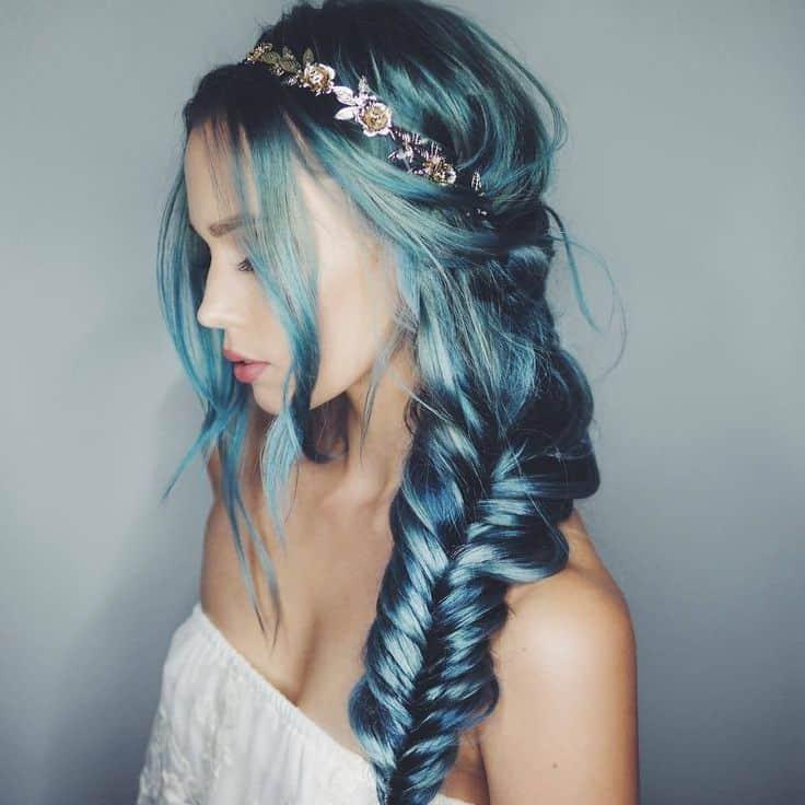 cheveux bleu sarcelle en queue de poisson