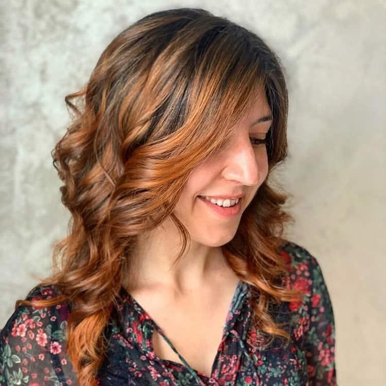 cheveux bruns avec des reflets auburn