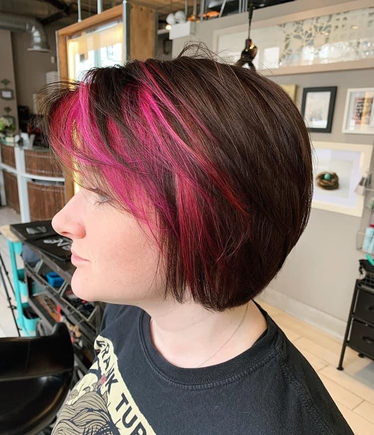 cheveux bruns avec des reflets roses