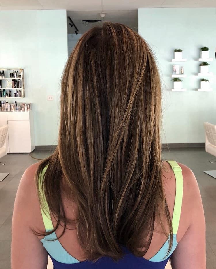 cheveux châtain foncé avec des reflets châtain clair