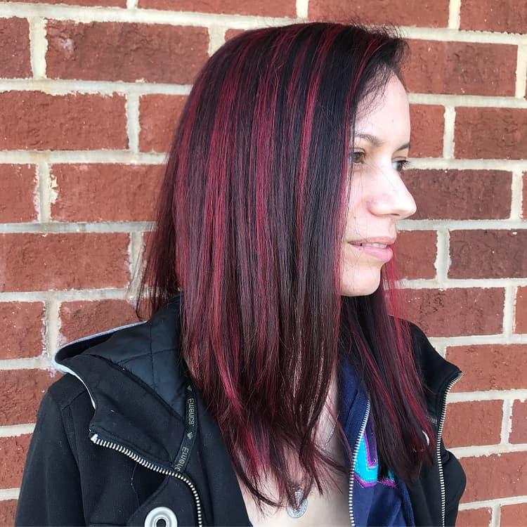 cheveux bruns aux reflets rouges