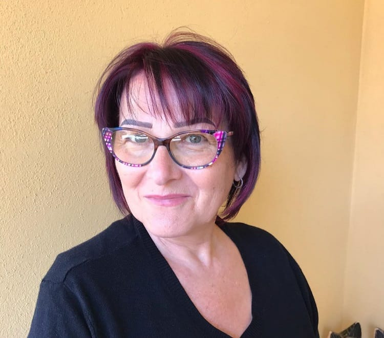 cheveux bruns aux reflets violets