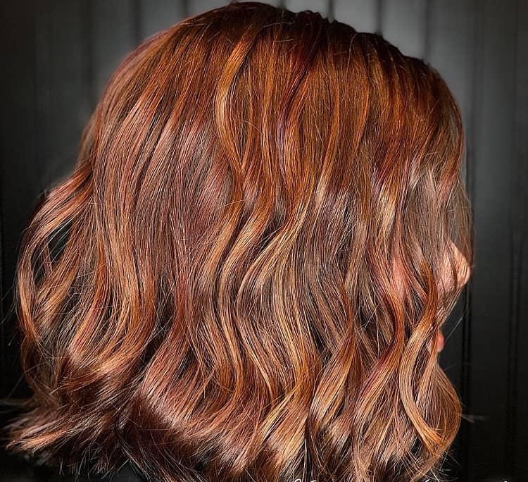 cheveux bruns caramel avec des reflets
