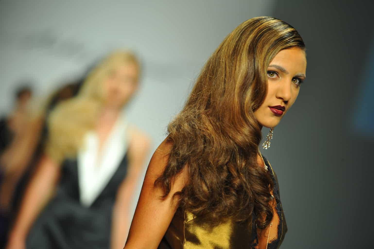 cheveux bruns aux reflets blonds