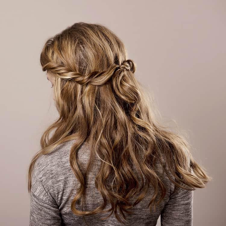cheveux ondulés avec des reflets