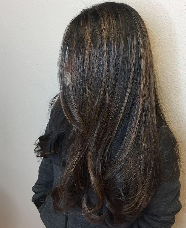 cheveux noirs avec mèches