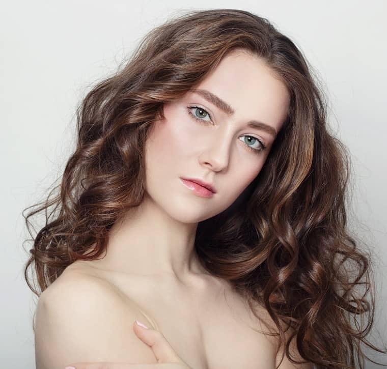 longs cheveux bruns avec des reflets