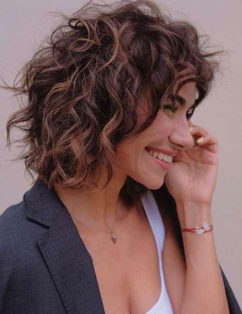 Longue coupe de cheveux bouclés hirsute