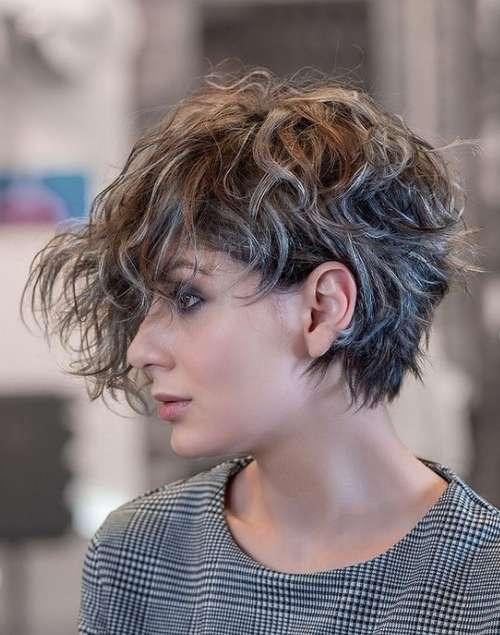 Coupe de cheveux frisée longue frange
