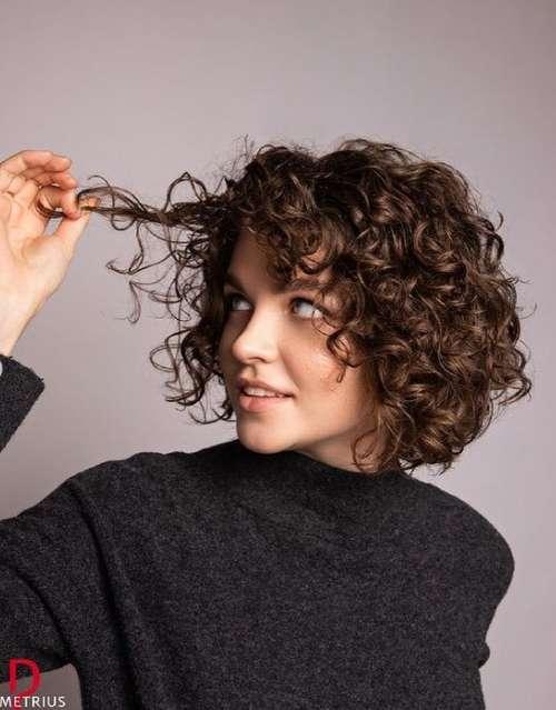 Coupe de cheveux bouclés avec une frange