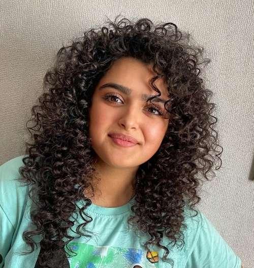 Coupes de cheveux à la mode 2021 pour cheveux bouclés: actualités, tendances, photos
