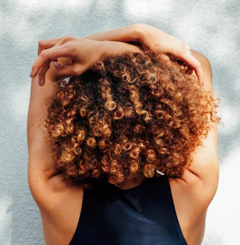 reflets pintura sur cheveux bouclés