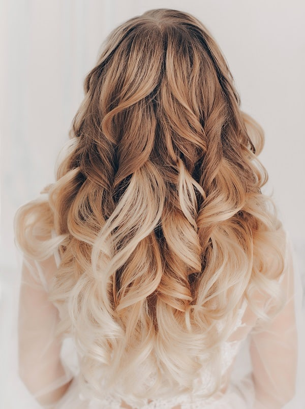 cheveux blonds balayés